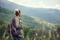 Voyageuse de jeune femme avec le sac à dos augmentant dans les montagnes photos libres de droits