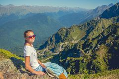 Voyageuse heureuse de femme dans les montagnes et le paysage des montagnes et concept de mode de vie de voyage de ciel bleu d'ave Photos libres de droits