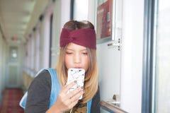 Voyageuse soloe de jeune fille thaïlandaise images stock