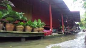 Voyagez au marché de flottement sur un long bateau coupé la queue de vitesse banque de vidéos