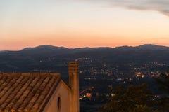 Voyagez au milieu de la ville du Saint-Marin de printemps de l'Italie sur une colline Photo stock