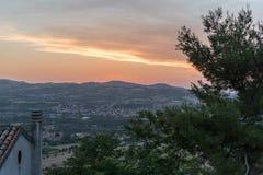 Voyagez au milieu de la ville du Saint-Marin de printemps de l'Italie sur une colline Photographie stock libre de droits