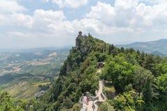 Voyagez au milieu de la ville du Saint-Marin de printemps de l'Italie sur une colline Photographie stock