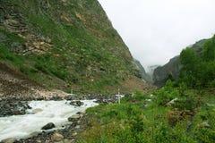 Voyagez dans un rêve Sur le chemin au mont Elbrouz vous rencontrez un si beau monde On se rappelle pour toujours le Le long du mu photo libre de droits