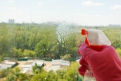 Voyagez en jet de la bouteille de jet et du parc vert dehors Photographie stock