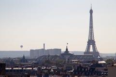 Voyagez la vue d'Eiffel du toit de Paris - France Images stock