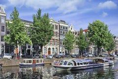 Voyagez le bateau avec des touristes sur un canal, Amsterdam, Hollandes Photos libres de droits