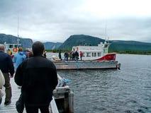 Voyagez le bateau et les touristes sur l'étang occidental de ruisseau à Gros Morne National Park Image libre de droits
