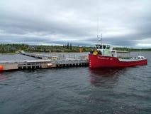Voyagez le bateau et les touristes sur l'étang occidental de ruisseau à Gros Morne National Park Image stock