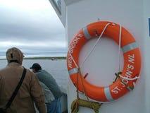 Voyagez le bateau et les touristes sur l'étang occidental de ruisseau à Gros Morne National Park Photo stock