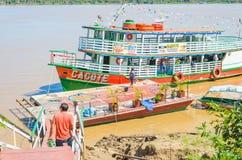 Voyagez les bateaux sur les banques du Rio Madeira photographie stock libre de droits