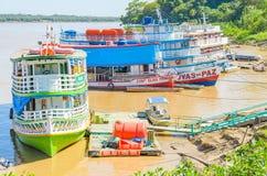 Voyagez les bateaux sur les banques du Rio Madeira images stock
