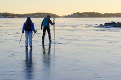 Voyagez les patineurs testant l'épaisseur de glace Images libres de droits