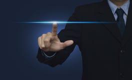 Voyant d'alimentation de pressing de main d'homme d'affaires au-dessus de fond bleu, inte Photo libre de droits