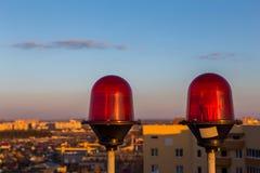 Voyants d'alarme de clignotant rouges d'avions sur le dessus du bâtiment de gratte-ciel Photos stock