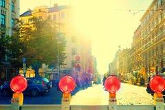 Voyants d'alarme rouges de risque à être rue réparée à Riga Image libre de droits
