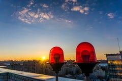 Voyants d'alarme rouges sur le toit du gratte-ciel Photographie stock libre de droits