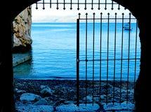 Voyez la mer, par la porte - Scopello, la Sicile, Italie photo stock
