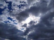 Voyez le soleil par les nuages photographie stock libre de droits