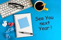 Voyez-vous l'année prochaine - note à la table bleue de bureau venir de la nouvelle année 2018 image stock