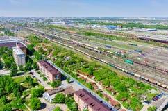 Voynovka-Eisenbahnknoten Wiedergabe 3d auf Hintergrund des blauen Himmels Tyumen Stockbild