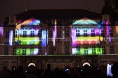Voz das figuras videomapping claro no quadrado de cidades velho em Praga durante o festival 2016 da luz de sinal Fotografia de Stock Royalty Free