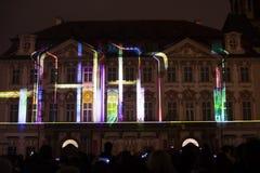 Voz de las figuras el videomapping ligero en el viejo cuadrado de ciudades en Praga durante el festival 2016 de la luz de señal Imagen de archivo libre de regalías