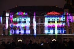 Voz de las figuras el videomapping ligero en el viejo cuadrado de ciudades en Praga durante el festival 2016 de la luz de señal Fotografía de archivo