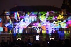 Voz de las figuras el videomapping ligero en el viejo cuadrado de ciudades en Praga durante el festival 2016 de la luz de señal Foto de archivo libre de regalías