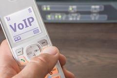 Voz sobre o IP como um padrão futuro para telecomunicações em uma tela do telefone imagens de stock royalty free