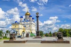 Voznesenskijkathedraal en rood vierkant in de stad van Yelets, Li Stock Foto's