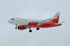` VP-BIQ Иванова ` аэробуса A319-111 авиакомпании ` Rossiya авиакомпании ` в хмуром небе перед приземляться на авиапорт Pulkovo П Стоковая Фотография