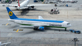 VP-BUF Uzbekistan Airways, Boeing 767-33P Royaltyfria Foton
