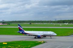 VP-BZS Aeroflot Flugzeug Fluglinien-Airbusses A320-214 fährt auf die Rollbahn, die für Start in Pulkovo-Flughafen sich vorbereite Lizenzfreie Stockfotografie