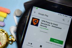 VPN närstående vid Avast säkert - anonym säkerhetsbärare-app med förstoring på den Smartphone skärmen arkivfoto