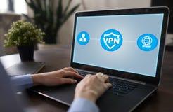 VPN Virtuelles privates Netz Sicherheit verschlüsselte Verbindung Anonymes Internet unter Verwendung stockbild