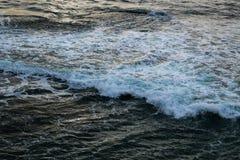 Vråla vågor Arkivfoto