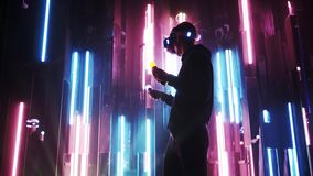 VR耳机藏品移动控制器的人在霓虹灯 股票录像