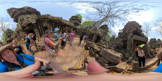 360VR在塔布茏寺柬埔寨的人群 免版税库存图片