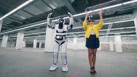 VR玻璃的妇女控制一droid,移动的胳膊 股票录像