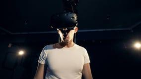 VR玻璃的移动的头,关闭一个人 股票录像
