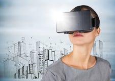VR的妇女与反对大厦剪影和灰色木盘区的火光 免版税库存图片