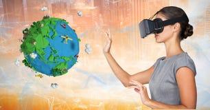 戴VR眼镜的女实业家由低多地球 免版税库存图片