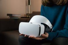 VR耳机在女性手上 库存图片