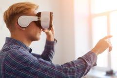 VR耳机感人的空气的人 免版税图库摄影