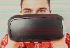 VR耳机的人在小故障作用 免版税库存图片