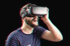 VR耳机的人在小故障作用 库存照片