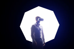 VR耳机设计是普通和没有商标,佩带虚拟现实风镜的人观看电影或打电子游戏 替换者 图库摄影