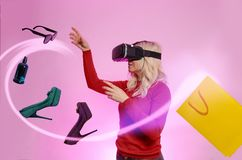 VR购物概念-在互联网上的年轻女人买的项目 免版税图库摄影