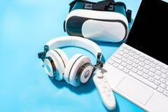 Vr, écouteur, ordinateur portable sur le fond bleu Concept pour le vr, jeu, image libre de droits